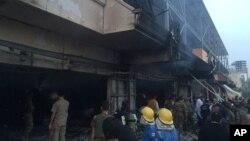 ماموران آتش نشانی در حال امدادرسانی در محل انفجار یک خودروی بمب گذاری شده در شهر اربیل، مرکز اقلیم کردستان عراق - آرشیو