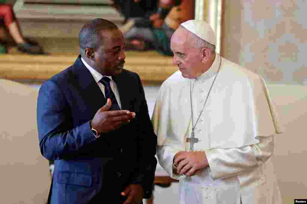 Le pape François échange avec le président de la RDC Joseph Kabila lors d'une audience privée au Vatican, le 26 septembre 2016.