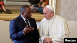 Le pape François échange avec le président de la RDC Joseph Kabila lors d'une audience privée au Vatican, le 26 septembre 2016. (Reuters/Andrew Medichini)