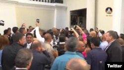 Legisladores dentro del Palacio Federal Legislativo asediados por grupos oficialistas permanecieron 4 horas sin poder salir, junto con periodistas y empleados de la Asamblea Nacional. Foto: @asambleaVE