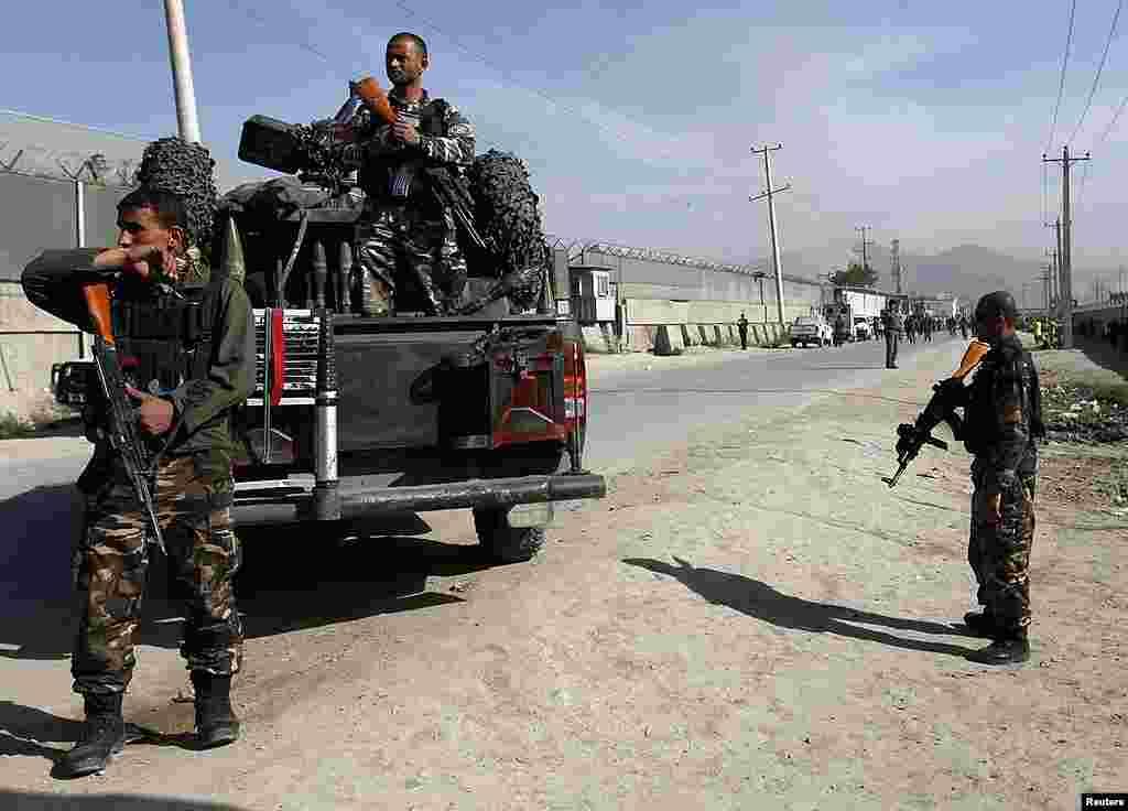 Las fuerzas de seguridad de Afganistán tratan de recuperar el control de la situación tras el ataque en Kabul. (Reuters/Omar Sobhani)