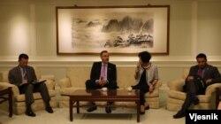 美国联邦众议院外交委员会亚太小组主席邵建隆议员在外交部与媒体茶叙(美国之音李逸华摄)