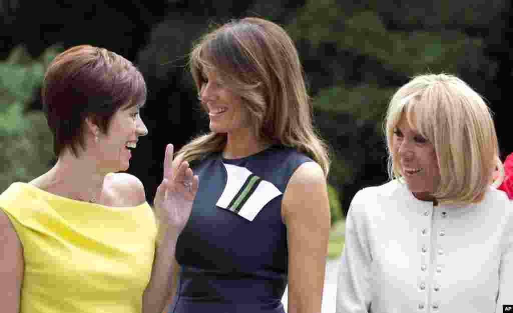 حضور همسران رهبران عضو ناتو - از راست بریجت ماکرون همسر رئیس جمهوری فرانسه، ملانیا ترامپ بانوی اول آمریکا و شریک نخست وزیر بلژیک (لباس زرد)