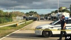 La police patrouille à l'extérieur de l'école secondaire Marjory Stoneman Douglas à la suite d'une fusillade dans une école à Parkland, en Floride, le 15 février 2018.