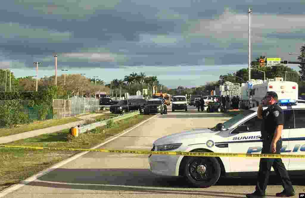 La police patrouille à l'extérieur dulycée Marjory Stoneman Douglas de Parkland après la fusillade, en Floride (États-Unis), le 15 février 2018.