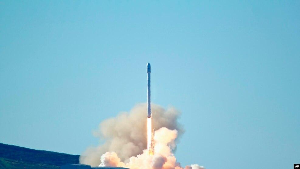 SpaceX phóng thành tên lửa Falcon 9 từ căn cứ Không quân Vandenberg, California, ngày 14/01/2017.