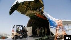 Các kiện hàng viện trợ quân sự của Trung Quốc cho Afghanistan đang được chuyển ra khỏi máy bay đáp tại phi trường quân sự ở Kabul, Afghanistan, ngày 3/7/2016.