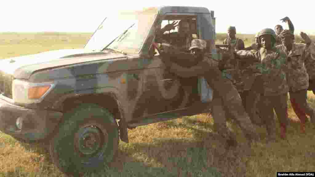 Dakarun Sojojin Najeriya Da Suka Fatattaki 'Yan Boko Haram Daga Kauyen Chikun Gudu A Arewacin JiharBorno Da Daya Daga Cikin Motar Da Suka Kwato