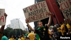 15일 브라질 상파울루에서 지우마 호세프 대통령의 퇴진을 요구하는 시위가 벌어지고 있다.