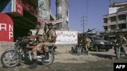 Binh sĩ bán quân sự Pakistan tuần tra trên đường phố ở Karachi