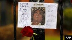 """Veliki broj obožavaoca ostavlja poruke ispred crkve """"Nova nada"""" u Njuarku u Nju Džerziju"""