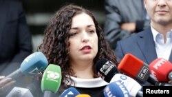 Vjosa Osmani (penjabat Presiden Kosovo saat ini), saat berada di Pristina, Kosovo, 6 Oktober 2019. (REUTERS / Florion Goga). Vjosa Osmani membubarkan parlemen dan menetapkan 14 februari sebagai tanggal pelaksanaan Pemilu baru parlemen.