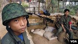 Anak-anak ikut bergabung dalam tentara pemberontak Karen di Birma. Dua wartawan yang ditahan di Thailand meliput peperangan pemberontak Karen di Birma.