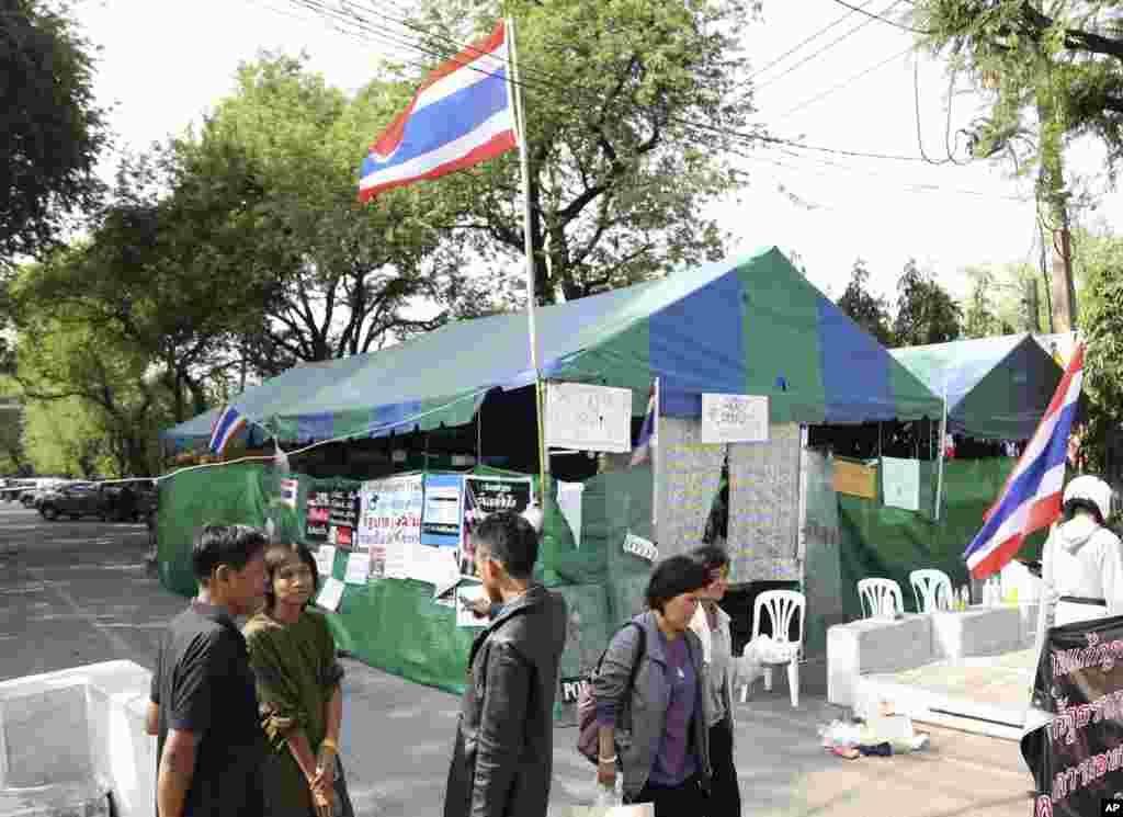 泰国反政府抗议者在曼谷的总理办公处所外他们被射杀的友人遇难处建起临时营地。