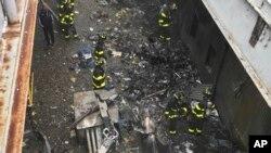 Restos del daño causado por el choque de un helicóptero contra un edificio en Manhattan, el lunes 10 de junio de 2019. Foto provista por el Departamento de Bomberos de Nueva York.