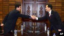 朝韩双方代表在板门店会谈期间握手。