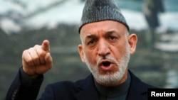 Presiden Afghanistan Hamid Karzai memberikan pernyataan pada konferensi pers di Kabul hari Sabtu (4/5).
