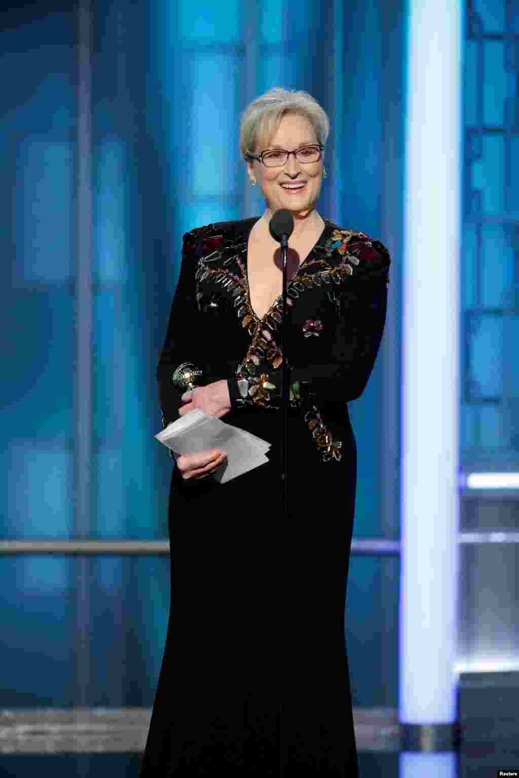 Aktris veteran Meryl Streep menerima penghargaan Cecil B. DeMille di acara Golden Globe Awards ke-74 di Beverly Hilton Hotel (8/1) di Beverly Hills, California.