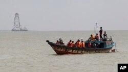 Dân chúng địa phương trên tàu đánh cá và tàu cao tốc tìm cách tới nơi chiếc phà lâm nạn nhưng phải quay vào bờ vì sóng lớn.
