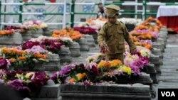 ایک کمسن کشمیری لڑکا سرینگر کے خواجہ بازار علاقے میں واقع 13 جولائی 1931ء کے شہدا کی قبروں پر گلباری کرتے ہوئے۔ (فائل)