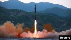 북한이 지난 5월 공개한 '화성-12' 중장거리탄도미사일 시험발사 장면.