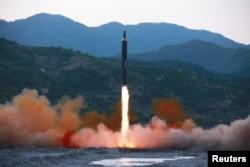 북한이 지난 14일 새로 개발한 지대지 중장거리 전략 탄도미사일 '화성-12'형의 시험발사를 진행했다고 조선중앙통신이 15일 전했다