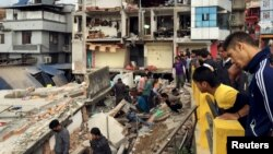 ຜູ້ຄົນສຳຫຼວດເບິ່ງ ສະຖານທີ່ໆໄດ້ຮັບຄວາມເສຍຫາຍ ຈາກແຜ່ນດິນໄຫວ ຢູ່ນະຄອນຫຼວງ Kathmandu (25 ເມສາ 2015)