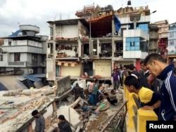 Cư dân xem xét thiệt hại sau trận động đất ở Kathmandu, Nepal, ngày 25/4/2015.