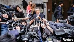 북한의 송일호 북-일국교정상화교섭 담당대사가 지난달 28일 스톡홀름에서 열린 일본과의 국장급 협의 후 기자단의 질문에 대답하고 있다.