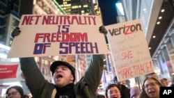 Manifestations pro-neutralité du net, devant un magasin de Verizon, New York, le 7 décembre 2017.