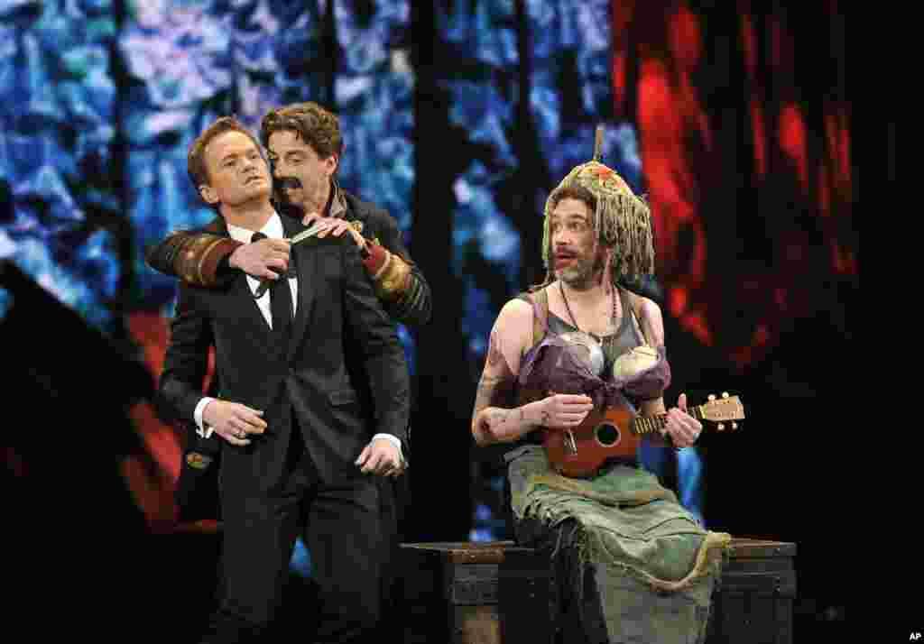 """En Nueva York, el anfitrión de la ceremonia, Neil Patrick (a la izquierda), junto con Christian Borle y Kevin Del Aguila, representan parte de """"Pedro y el caza estrellas"""", durante la versión número 66 de los Premios"""