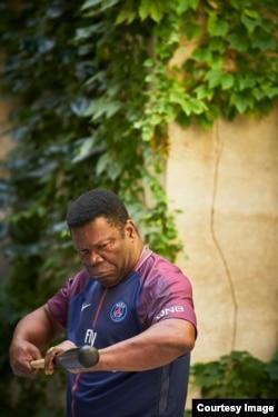 Koffi Kwanhulé lors de son spectacle Ezechiel et les bruits de l'ombre, durant la 71e édition du Festival d'Avignon, France, le 7 juillet 2017.