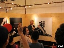 台湾民众观看刘霞摄影作品(美国之音张永泰拍摄)