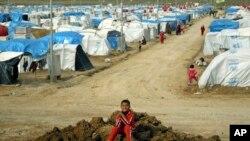 Seorang warga Kurdi Suriah bermain-main di sebuah kubangan di kamp pengungsi Dumiz di utara Irak (Foto: dok). Sekitar enam ribu warga Kurdi Suriah baru-baru ini dilaporkan menyeberangi jembatan Sungai Tigris menuju wilayah Kurdista, Irak untuk mengungsi.