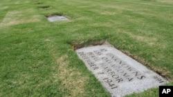 奥克拉荷马号12具身份不明的遗体在檀香山国家纪念公墓的墓碑