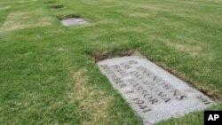 Una tumba contiene 12 restos humanos no identificados del barco de guerra estadounidense USS Oklahoma en el Cementerio Nacional del Pacífico, en Honolulu.