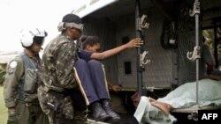 联合国稳定部队成员在救助伤者
