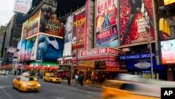Papan-papan iklan yang mempromosikan berbagai pertunjukan di teater Broadway di Times Square, Manhattan, New York (foto: dok).