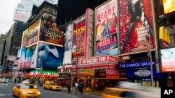 រូបឯកសារ៖ រូបថតបង្ហាញពីផ្ទាំង Broadway Shows នៅទីលាន Times Square កាលពីថ្ងៃទី២៨ ខែមករា ឆ្នាំ២០១៣។
