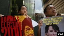 Para pendukung Aung San Suu Kyi di Hongkong melakukan protes terhadap rencana pelaksanaan pemilu Birma.