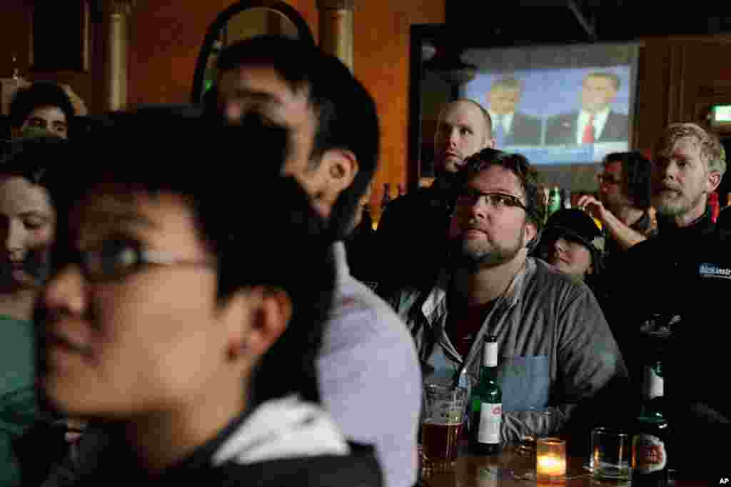 Customers at the Havana Social Club in Seattle gathered to watch the second presidential debate, October 16, 2012.