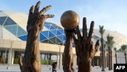 Sculptures de l'artiste irakien Ahmad Al - Bahrani sont vus en dehors de la salle polyvalente de Lusail , à l'occasion des Championnats du Monde de Handball 2015 hommes le 14 Janvier , 2015, la veille de l'ouverture de la compétition à Doha . AFP PHOTO / Al-Watan DOHA / K