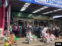 Otra vista de un mercado de Managua abarrotado de compradores que se preparan para un posible confinamiento debido a la pandemia de coronavirus.