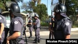 Des policiers sécurisent le métro de Sao Paulo au Brésil