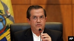 Bộ trưởng Ngoại giao Ecuador phát biểu trong cuộc họp báo tại Hà Nội, 24/6/2013