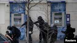 Pasukan khusus Perancis RAID menangkap tersangka di Paris (16/1).