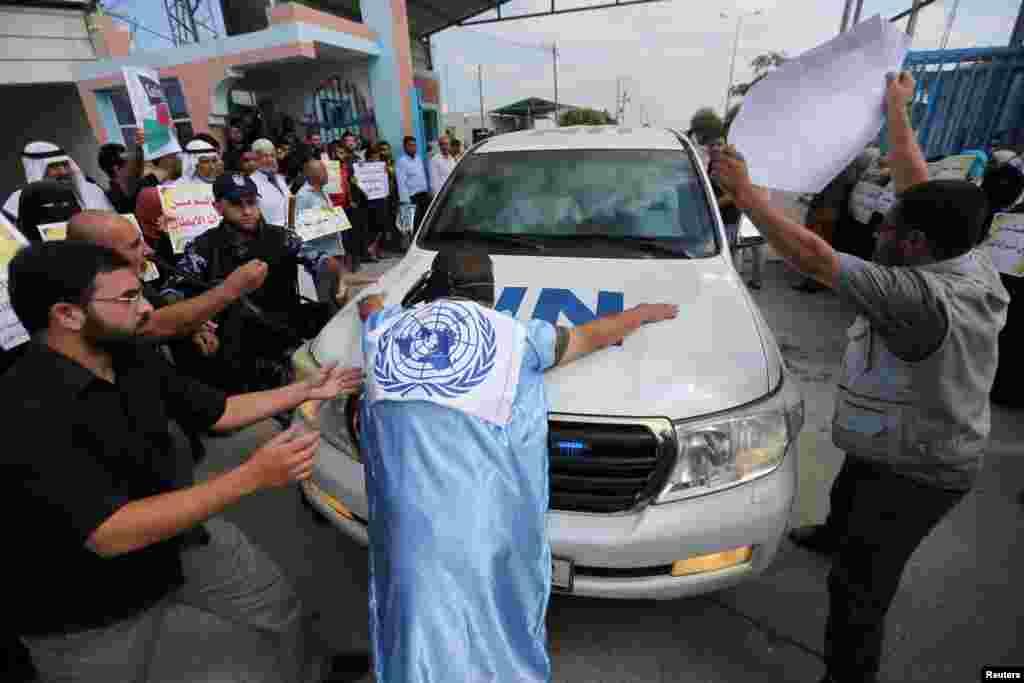 안토니우 구테흐스 유엔 사무총장 일행의 가자지구 방문을 저지하고 있는 팔레스타인 주민. 구테흐스 총장은 이날 현지에서 이스라엘 등에 가자지구 봉쇄 해제를 촉구했다.