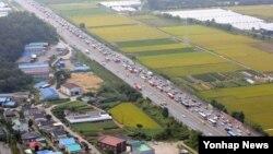 추석 연휴 첫날인 14일 경기도 용인시 경부고속도로 하행선에서 정체가 빚어지고 있다. (경기남부지방경찰청 제공)