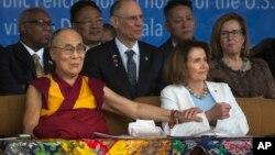 美國國會眾議院少數黨領袖南希佩洛西(右)率領的一個兩黨代表團星期三在印度達蘭薩拉會見達賴喇嘛