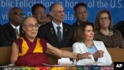 佩洛西2017年5月訪問達蘭薩拉時坐在達賴喇嘛身旁(美聯社)